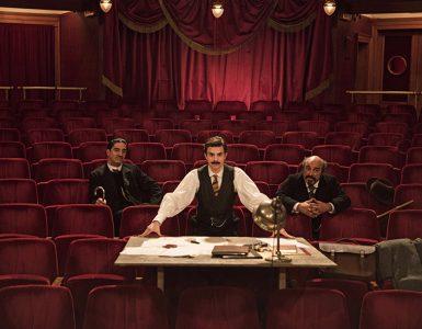 Edmond leitet unter Beobachtung seiner Geldgeber die Proben zu Cyrano de Bergerac.