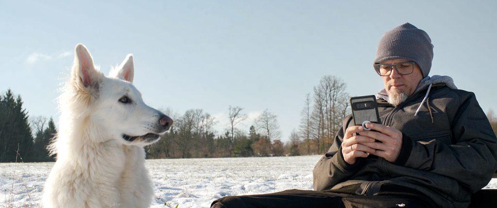 Thomas D. genießt mit seinem Hund die Stille der ländlichen Region, Quelle: © EuroVideo