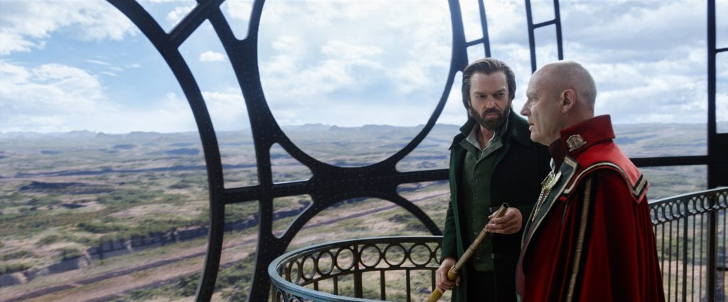 """Hugo Weaving als """"Thaddeus Valentine"""" und Patrick Malahide als """"Magnus Crome"""" in """"Mortal Engines: Krieg der Städte"""" © Universal Pictures"""