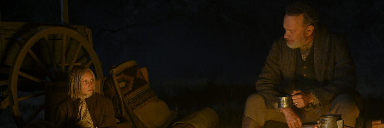 Helena Zengel und Tom Hanks machen es sich nachts am Lagerfeuer gemütlich
