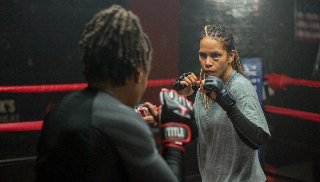 Zwei Boxerinnen stehen sich im Ring mit erhobenen Fäusten gegenüber. Eine hiervon wird gespielt von Halle Berry.