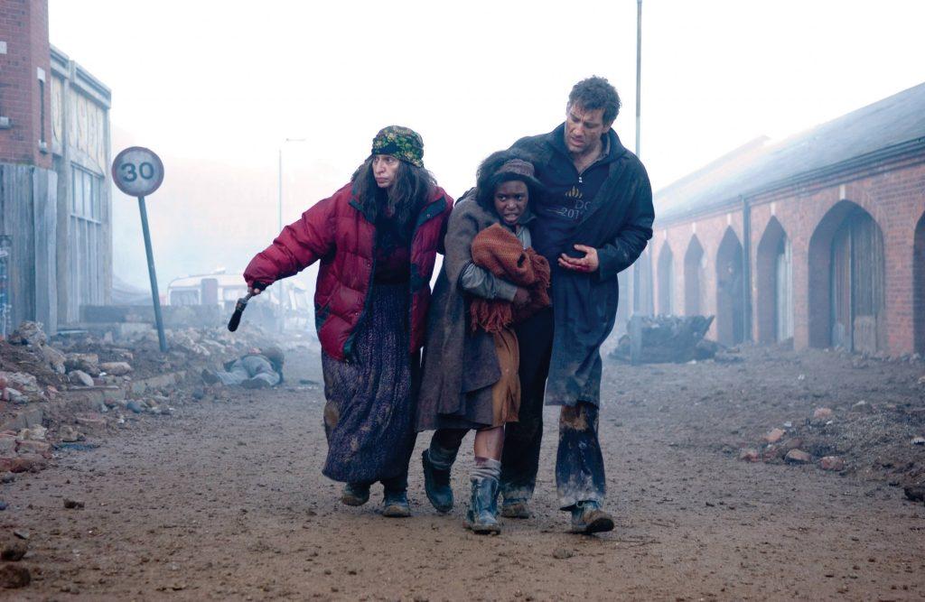 Children of Men Darsteller Clive Owen mit der jungen Kee und einer weiteren Frau