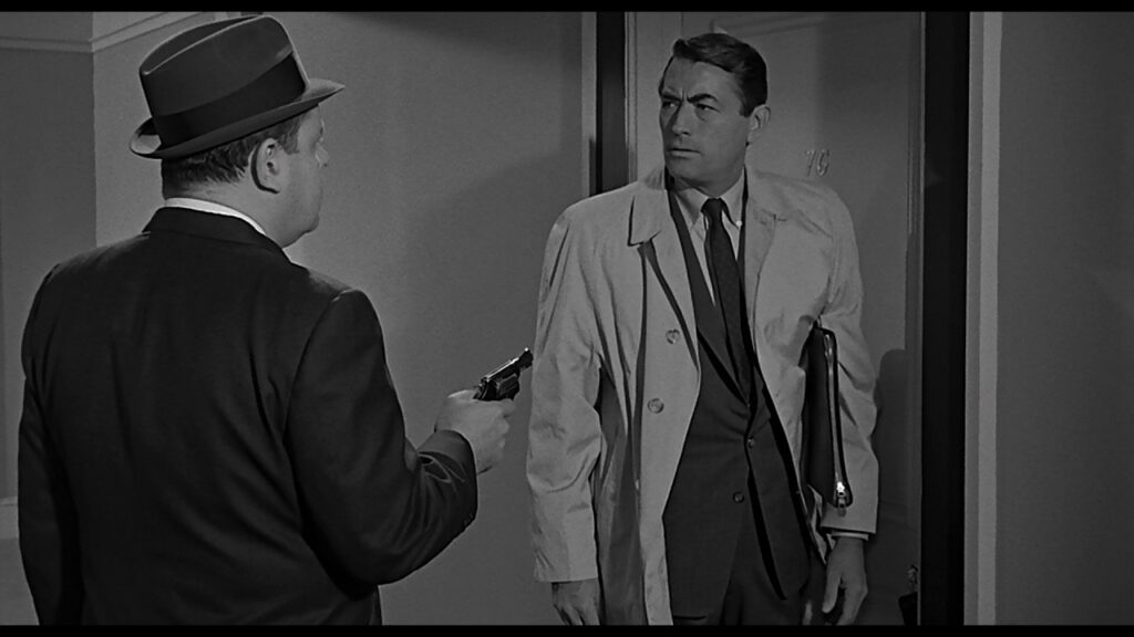 Ein Mann mit Pistole bedroht den heimkommenden Stillwell (Gregory Peck) in Die 27. Etage.