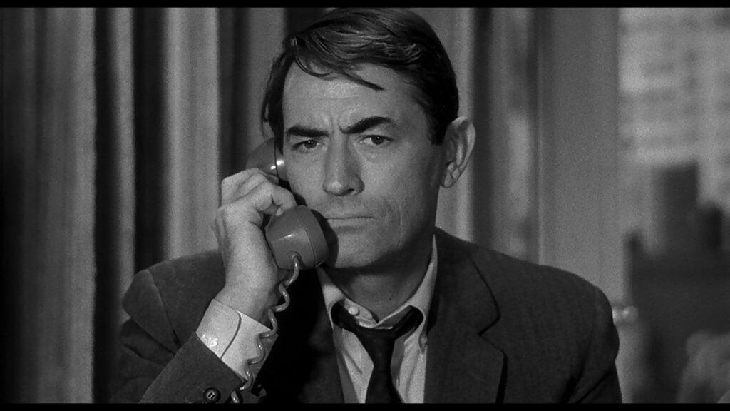 Stillwell (Gregory Peck) verharrt schweigend am Telefonhörer in Die 27. Etage.