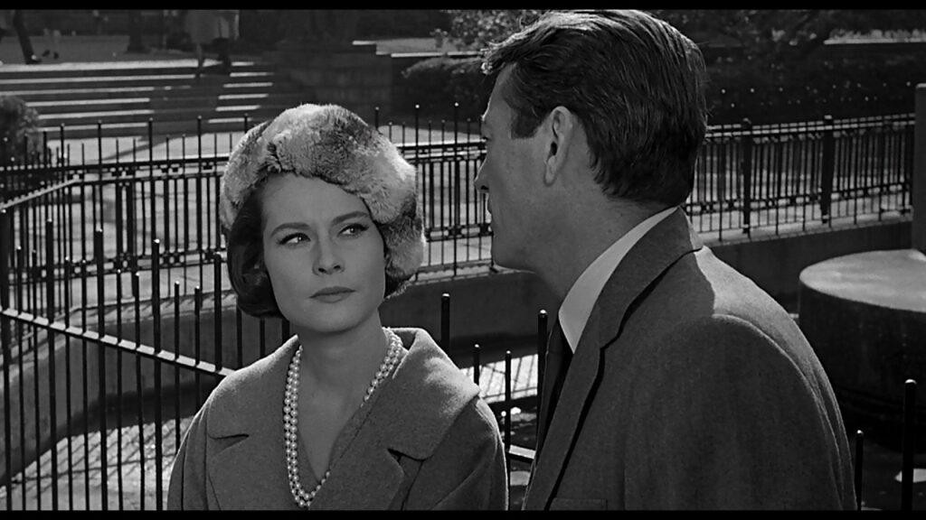 Sheila (Diane Baker) schaut Stillwell (Gregory Peck) an und versucht, ihn zu durchschauen in Die 27. Etage.