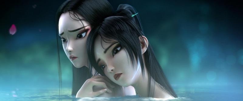 Die Schwestern Xiao Bai und Xiao Qing schmiegen sich beim Bad im nebeligen Teich sorgenvoll aneinander in White Snake - Die Legende der weißen Schlange.