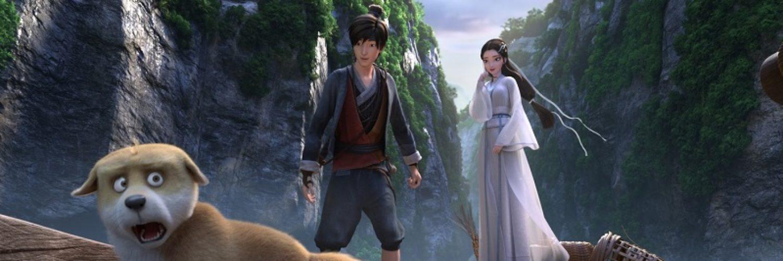 Ah Xuang und Xiao Bai beobachten belustigt den überraschten Hund Dudou, während sie auf dem Boot einen von Bergen gesäumten Fluß entlang fahren in White Snake - Die Legende der weißen Schlange.