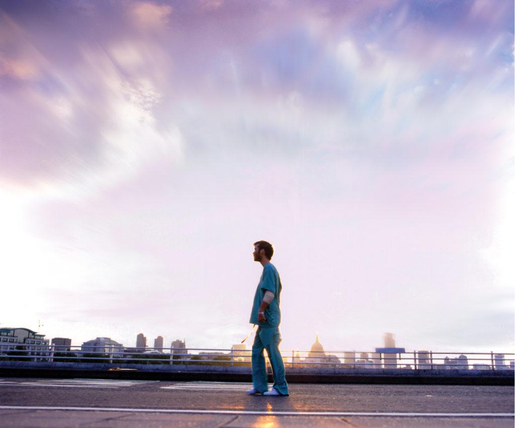 Jim (Cillian Murphy) wandelt durch die menschenleeren Straßen Londons in 28 Days Later