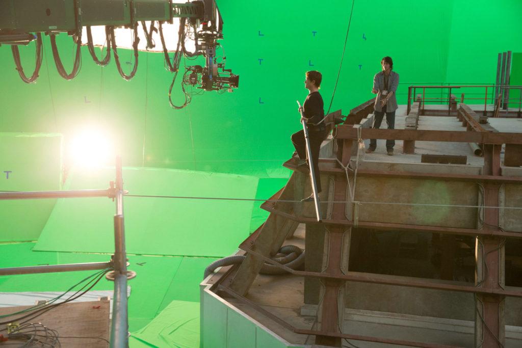 Joseph Gordon-Levitt läuft im Studio für The Walk über ein Drahtseil, im Hintergrund sieht man den Greenscreen