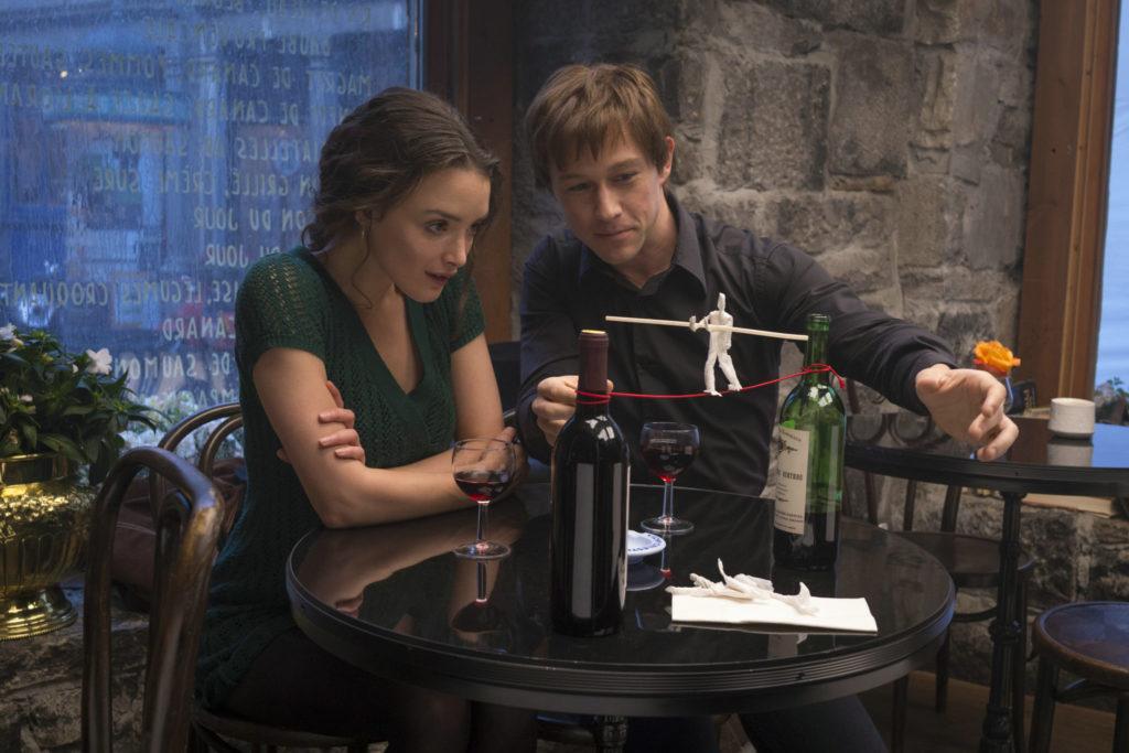 Philippe und Annie sitzen in einem Restaurant, er zeigt ihr begeistert mit einem Modell den Drahtseilakt