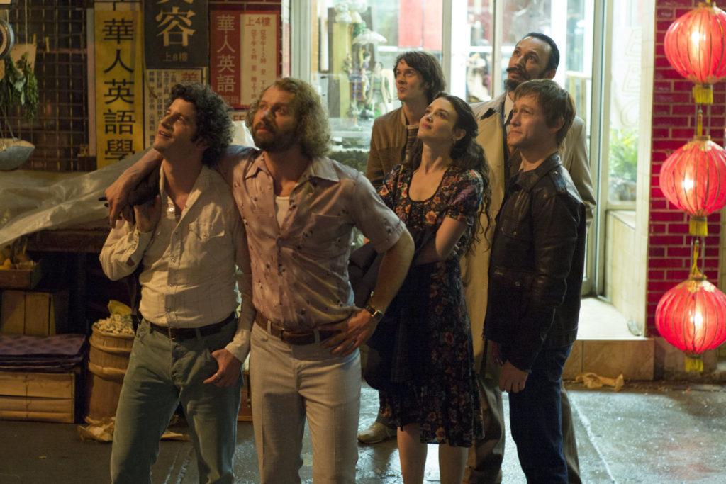 Philippe und seine Freunde stehen aufgereiht vor einem Restaurant, sie sehen nach oben