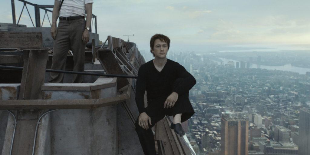 Philippe sitzt auf dem Drahtseil über der Stadt, er blickt nachdenklich in die Ferne