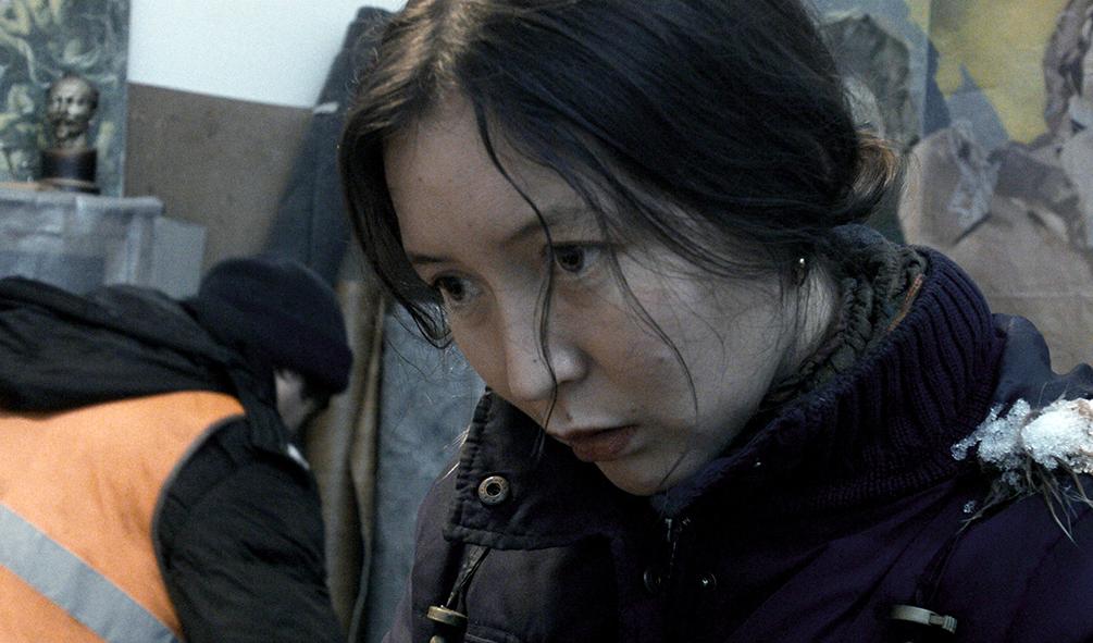 Ayka (Samal Yeslyamova) lebt zusammen mit weiteren Flüchtlingen im Untergrund
