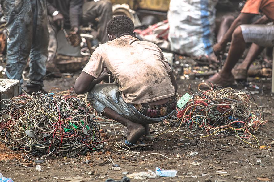 Ein Mann hockt vor einem Stapel Kabel, Welcome to Sodom - Dein Smartphone ist schon hier