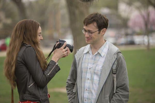Lindsay und Edward lächeln sich an, sie sieht sich gerade ein Foto von ihm an