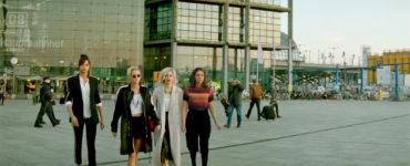 """Ella Balinska als Jane, Kristen Stewart als Sabina,Elizabeth Banks als Rebekah Bosley und Naomi Scott als Elena verlassen einen deutschen Bahnhof in """"3 Enge Für Charlie"""""""