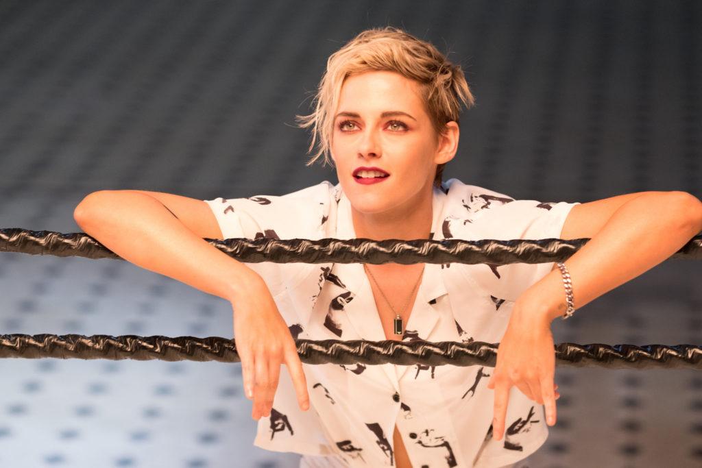 """Kristen Stewart als Sabina stützt sich lässig auf die Seile eines Boxrings im 2019er """"e Engel Für Charlie""""."""