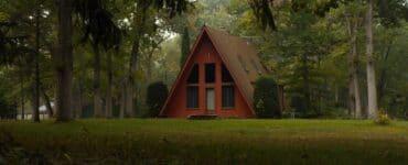 Ein rotes Landhaus mit großen Fenstern in 30 Miles From Nowhere
