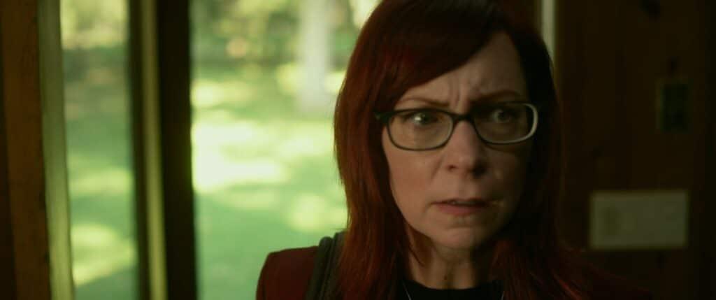 Sylvia (Carrie Preston) schaut skeptisch zur Seite in 30 Miles From Nowhere