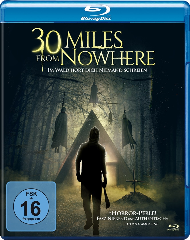 Das Blu-ray-Cover zu 30 Miles From Nowhere zeigt eine vermummte Gestalt mit langem Messer, im Hintergrund eine Hütte im Wald und an Bäumen aufgehängten Körpern © Tiberius Film