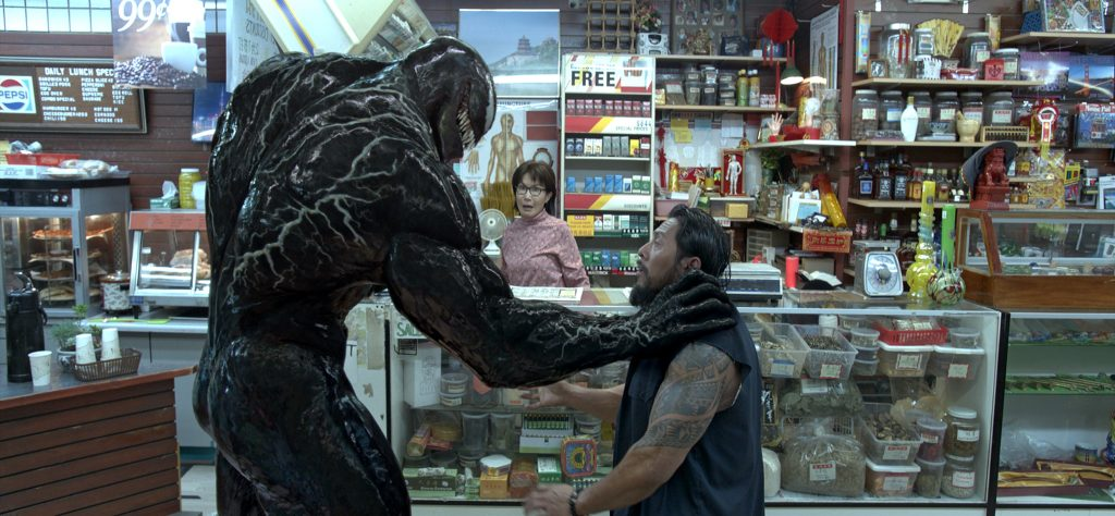 Venom lehrt einem, warum man besser keinen Laden überfallen sollte, wenn er in der Nähe ist. © 2018 Columbia Pictures Industries, Inc. and Tencent Pictures (USA) LLC. All Rights Reserved. | MARVEL and all related character names: © & ™ 2018 MARVEL.