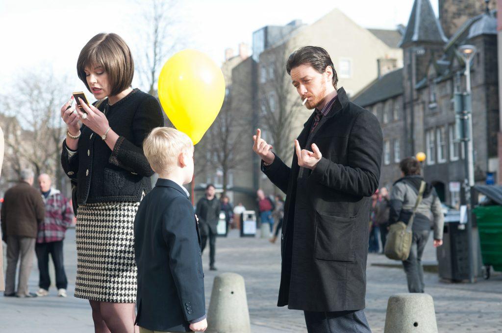 Wer glaubt, Bruce würde sich vor Kindern zusammennehmen, der wird in Drecksau schnell eines Besseren belehrt. © Ascot Elite Home Entertainment