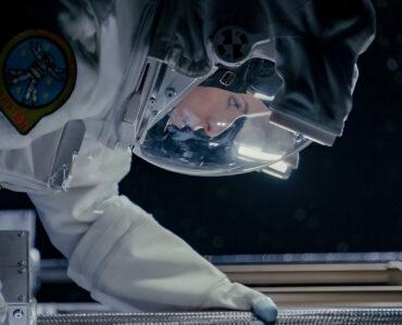 Anna Kendrick als Astronautin im Anzug bei einem Außeneinsatz.
