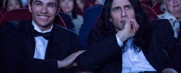 Tommy Wiseau und Partner im Kino, im Anzug, sehen zufrieden aus