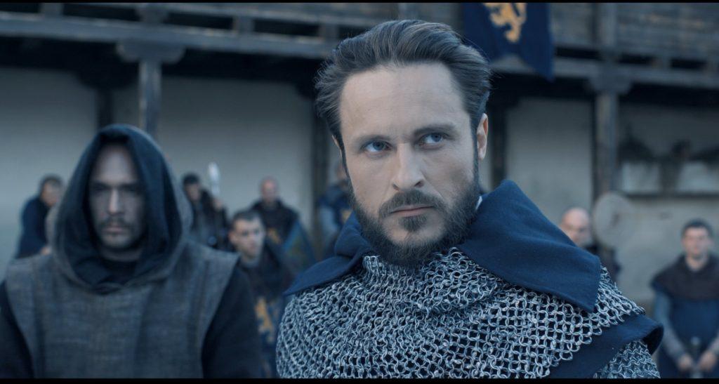 Danylo steht im Innenhof seiner Burg, neben ihm sein Berater Innokentius, König der Krieger ©Tiberius Film