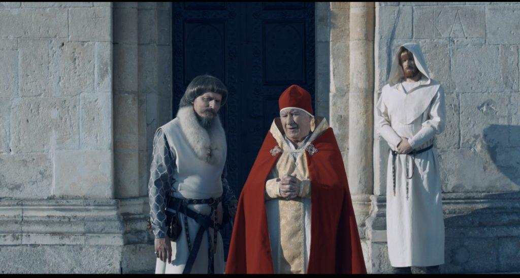 Der Papst steht mit einem Kreuzritter vor den Türen einer Kirche, König der Krieger ©Tiberius Film