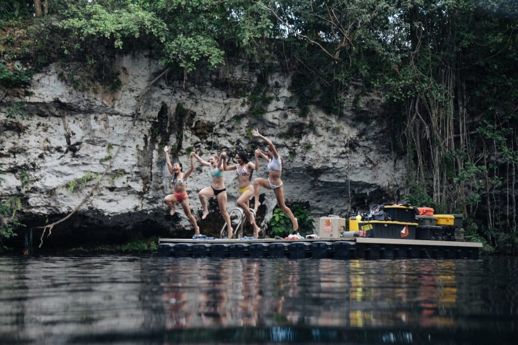 Die Mädchen aus 47 Meters Down: Uncaged springen ins Wasser