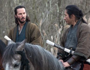 Reeves und Sanada sitzen auf ihren Pferden und unterhalten sich.