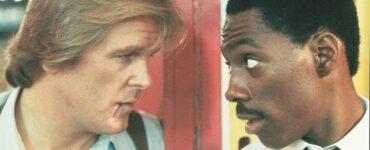 """Nick Nolte und Eddie Murphy stehen sich gegenüber und blicken sich mit geneigten Kopf in die Augen, als wenn sie gerade was abgesprochen haben. Eddie Murphy hat dabei die Augen weiter geöffnet, während Nick Nolte eher entspannt, beinahe resignierend dreinschaut. - """"Nur 48 Stunden"""""""