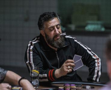 Tony Hamady im Trainingsanzug an einem Pokertisch in 4 Blocks