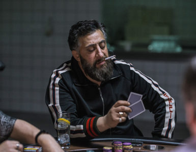Tony Hamady im Trainingsanzug an einem Pokertisch in 4 Blocks