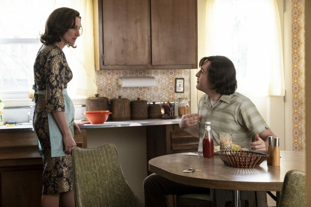 Tony und seine Mutter Lydia streiten sich in der Küche in The Many Saints of Newark