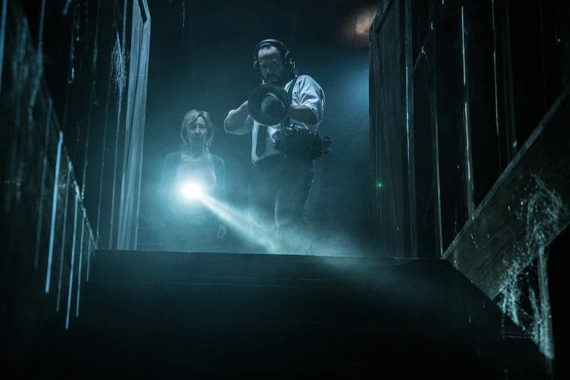 Gemeinsam mit Tucker sucht Elise im Keller nach dem Dämon ©Sony Pictures Germany