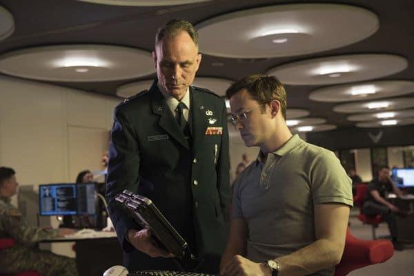 Ein hochrangiger NSA-Agent zeigt Edward wichtige Daten auf einem Tablet