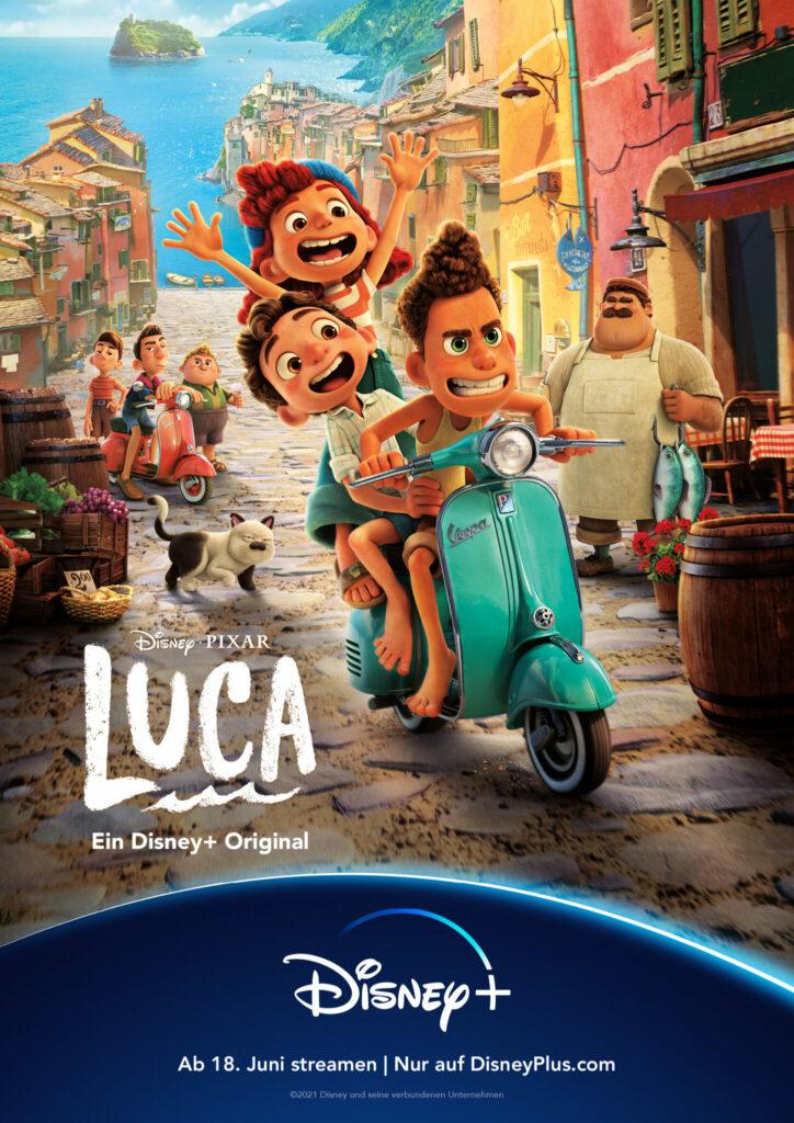 Auf dem Filmplakat zu Luca fahren Luca, Alberto und Giulia auf der Vespa durch Portorosso