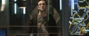 Edward Snowden starrt nachdenklich in die Lzft und hält einen Zauberwürfel