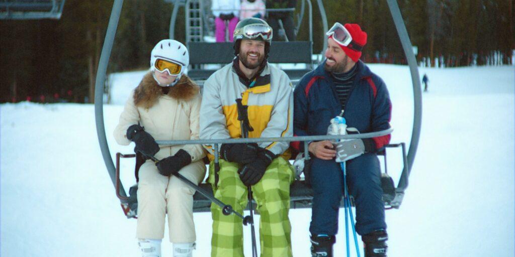 Die Protagonisten von The Climb sitzen zusammen in einer Skigondel und blicken einander an. Mit dabei Kyles genervte Freundin.