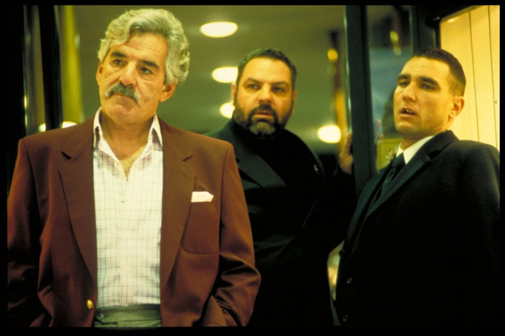Drei Gangster stehen in Snatch nebeneinander, sie wirken besorgt und angespannt - und leicht verwundert.