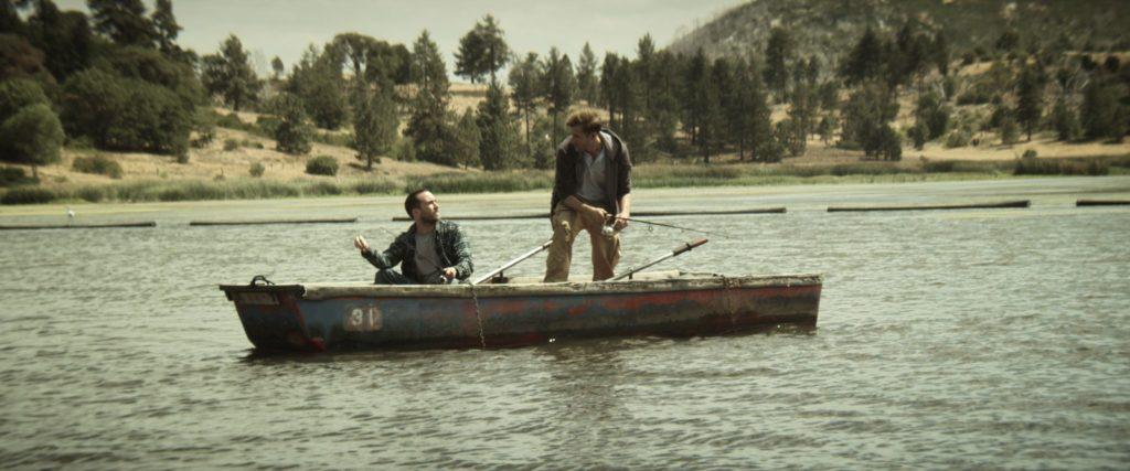 Aaron und Justin sind in einem Bott auf dem See. Sie sehen sich an | The Endless