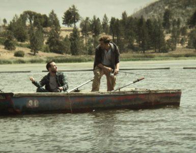 Aaron und Justin sind in einem Bott auf dem See. sie sehen sich an