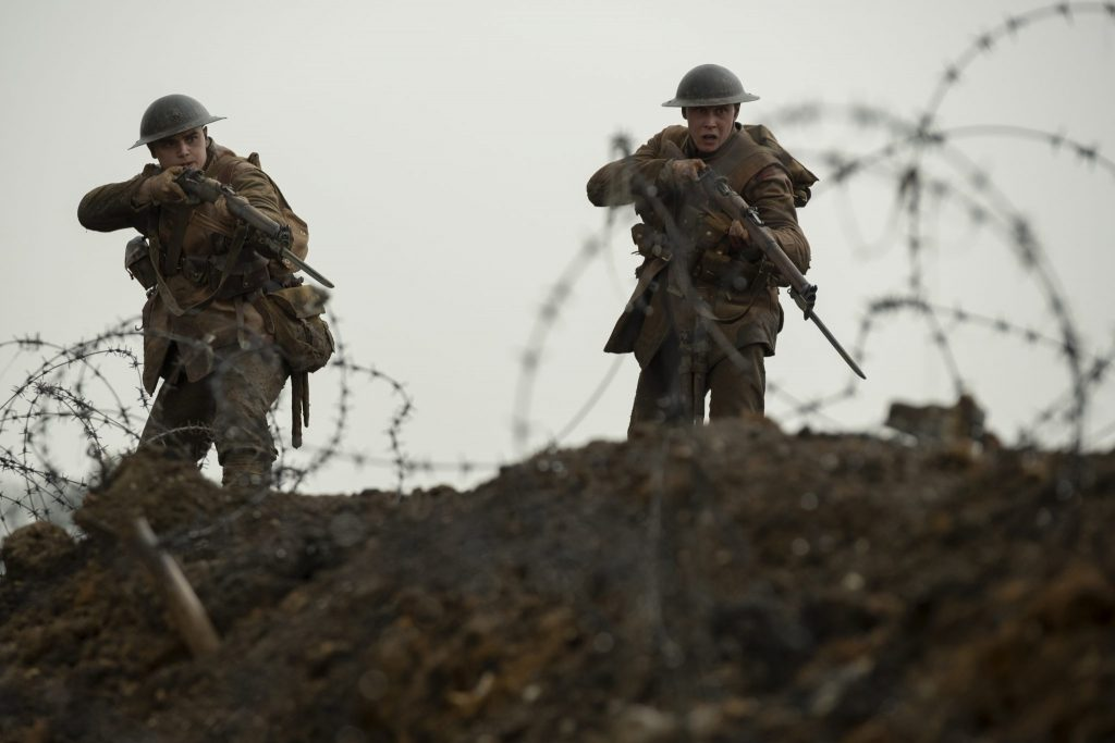 Blake und Schofield beim Sturm eines deutschen Schützengrabens. Sie haben ihre Gewehre im Anschlag und wirken bereit zu schießen in 1917.