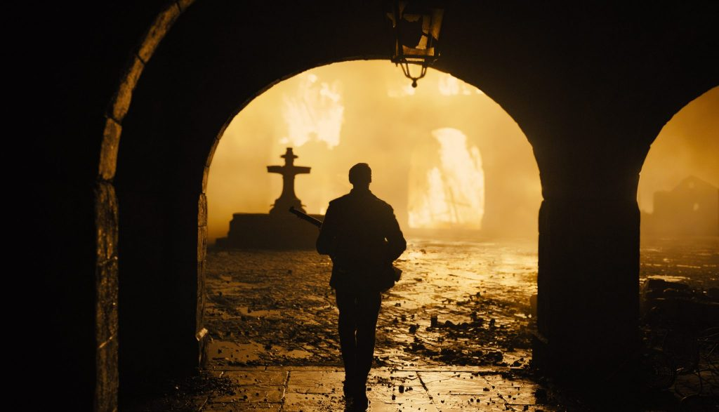 Lance Corporal Schofield betritt bei Nacht die Trümmer einer Stadt die von den Deutschen bombadiert wurde. Überall sind kleine Feuer und Trümmer zu sehen in 1917.