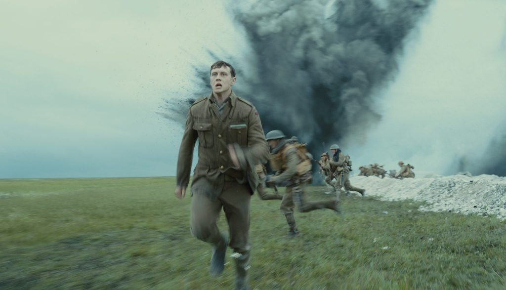 Der Angriff der Briten ist in vollem Gange. Soldaten stürmen in die Schlacht während Schofield versucht an einen anderen Ort zu gelangen. Überall schlagen Bomben ein in 1917.