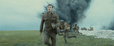 Der Angriff der Briten ist in vollem Gange. Soldaten stürmen in die Schlacht während Schofield versucht an einen anderen Ort zu gelangen. Überall schlagen Bomben ein.