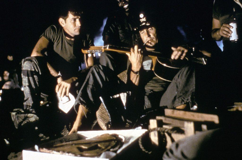 In Apocalypse Now spielt Robert Duvall als Lt. Bill Kilgore rauchend auf einer Gitarre neben dem zuschauenden Willard