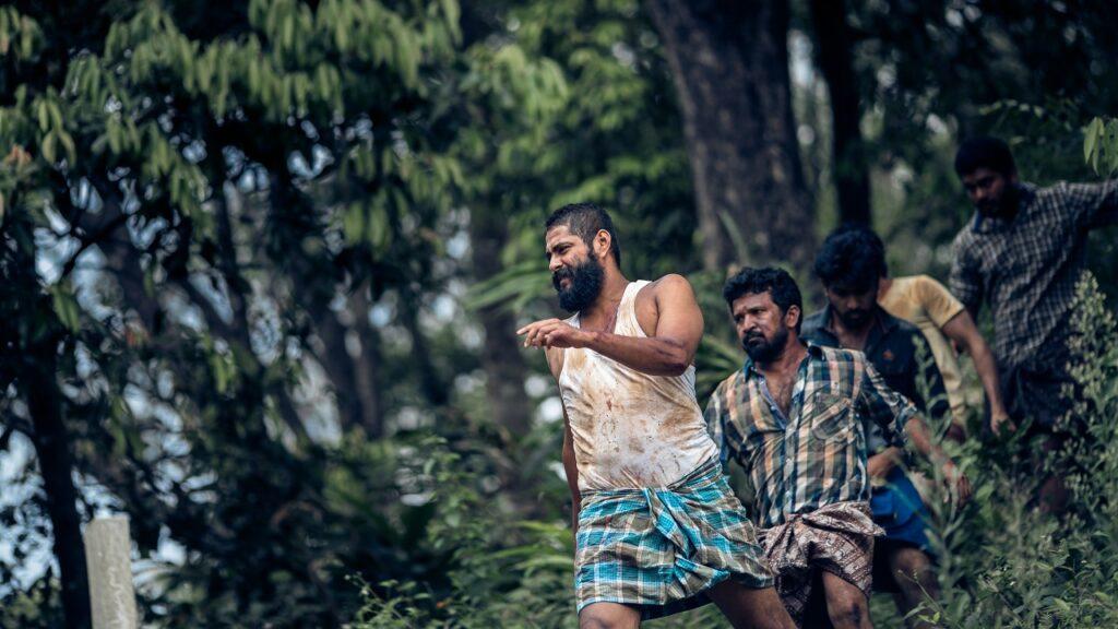 Einige Männer folgen Antony in den Wald - Zorn der Bestien - Jallikattu